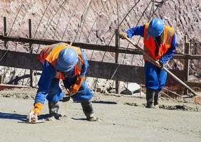 operai che lavorano in cantiere foto