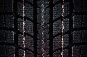 primo piano su un pneumatico su uno sfondo scuro foto