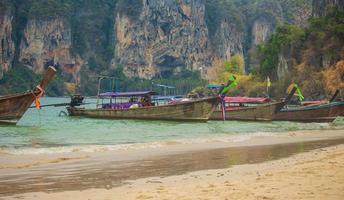 barche tradizionali a phi phi island foto