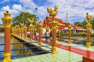 architettura colorata al tempio di wat plai laem sull'isola di koh samui, thailandia, 2018 foto