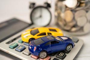 auto e sveglia su monete, prestito auto foto