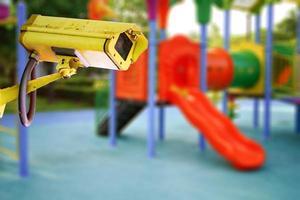 telecamera a circuito chiuso al parco giochi per bambini per sicurezza foto