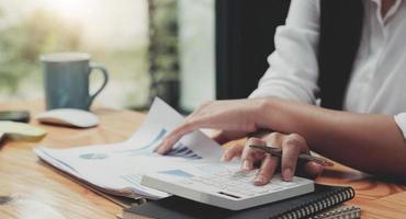 donna d'affari che lavora in finanza e contabilità analizzare financia foto