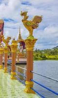 Architettura colorata e statue al tempio di Wat Plai Laem sull'isola di Koh Samui, Surat Thani, Thailandia foto