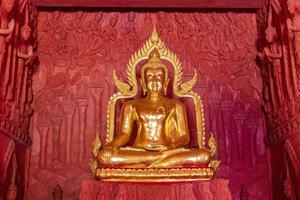 Buddha d'oro a wat sila ngu, il tempio rosso, a koh samui, thailandia foto