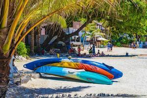 tavole da surf e turisti sulla spiaggia d'argento a koh samui, thailandia, 2018 foto