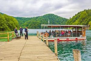 barca elettrica sul lago kocjak, parco nazionale dei laghi di plitvice, croazia foto