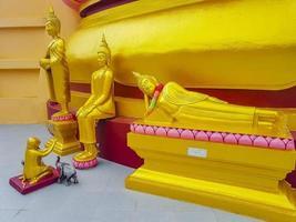 statue di buddha d'oro al tempio di wat phra yai, koh samui, thailandia, 2018 foto