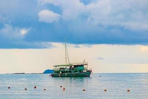 panorama della spiaggia di bophut con barca su koh samui, thailandia foto
