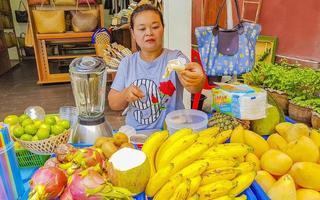 donna tailandese che vende frutta nel villaggio di pescatori, koh samui, thailandia, 2018 foto