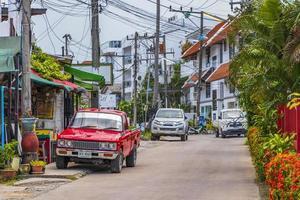 auto d'epoca rossa nel villaggio di pescatori, bophut, koh samui, thailandia, 2018 foto