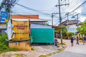 ingresso e strada nel villaggio di pescatori, bo phut, koh samui, thailandia, 2018 foto