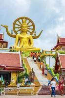 statua dorata del buddha al tempio di wat phra yai, koh samui, thailandia foto