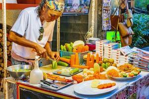donna non identificata che prepara cibo in un mercato nel villaggio di pescatori, koh samui, thailandia, 2018 foto