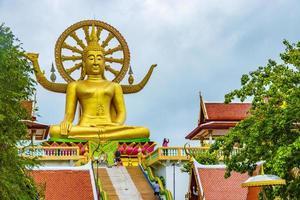 la statua dorata del buddha al tempio di wat phra yai, koh samui, thailandia, 2018 foto
