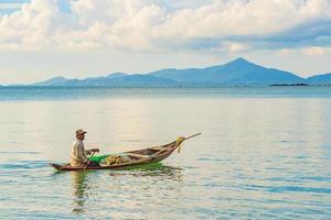 pescatore con barca a koh pha-ngan, koh samui, thailandia foto