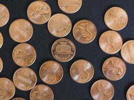 monete da un centesimo di dollaro, stati uniti su nero foto