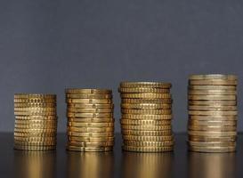mucchio di monete in euro, sfondo dell'unione europea foto