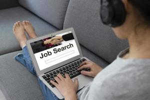 donna disoccupata che usa il computer per cercare lavoro su internet foto