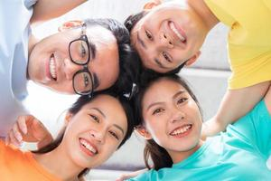un gruppo di amici intimi asiatici foto