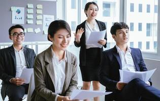 ritratto di donna d'affari asiatica che presenta il suo piano in una riunione foto