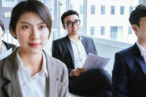 uomo d'affari asiatico che ascolta attentamente durante la riunione foto
