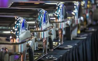 fila di piatti a buffet chiusi nella sala banchetti della festa? foto