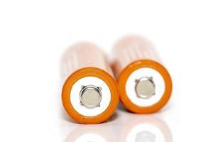 immagine ravvicinata di due batterie arancioni foto