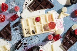 disposizione deliziosi snack malsani foto