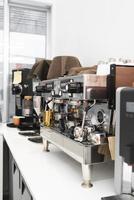 caffetteria moderna con macchina da caffè foto