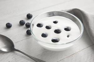 ciotola ad alto angolo con bacche di yogurt foto