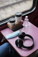 tabella del treno della maschera medica delle cuffie ad alto angolo foto