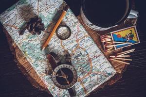 concetto di viaggio, chiave oggetti still life, rotolo di carta foto