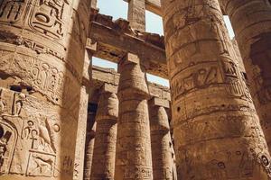 colonne con geroglifici nel tempio di karnak a luxor, in egitto. viaggio foto