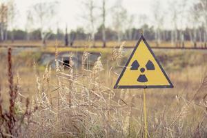 pripyat, chernobyl, ucraina, 22 novembre 2020 - segno di radiazione vicino alla foresta rossa a chernobyl foto