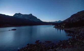 ellery lago al largo del passo tioga nel parco nazionale di Yosemite di notte foto