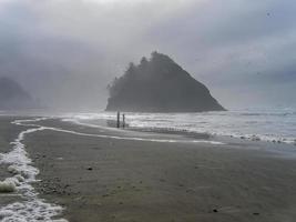 nebbia e foschia sulla spiaggia foto