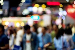 sfocatura dello sfondo dell'immagine delle persone in mostra foto