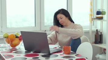 donna d'affari adulta che digita sul computer portatile che lavora in internet, bella donna utente professionale che utilizza la tecnologia del PC che fa lavoro online a casa foto