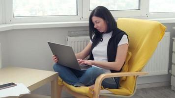donna d'affari adulta che digita sul computer portatile che lavora in internet, donna utente professionale che utilizza la tecnologia del pc facendo lavoro online in ufficio o navigando sul web sedersi a casa foto