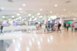 sfocatura astratta persone nel bellissimo centro commerciale di lusso foto