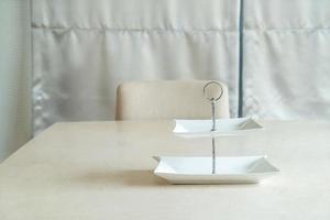 piatto bianco vuoto sul tavolo da pranzo foto