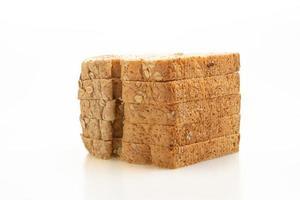 fette di pane integrale isolato su sfondo bianco foto
