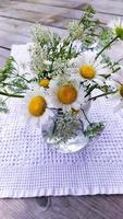 un mazzo di margherite in un barattolo di vetro, vista dall'alto. fiori foto