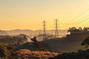 torre di trasmissione ad alta tensione al tramonto foto