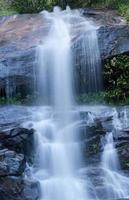 acqua che scorre in una bellissima cascata foto