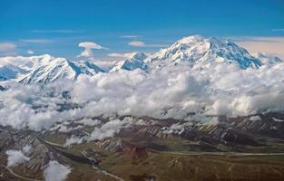 vista aerea di picchi drammatici che incombono dalle nuvole foto