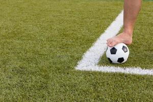 pallone da calcio sul campo foto