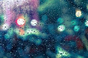 gocce di pioggia sulla finestra foto