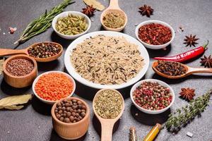 un insieme di spezie ed erbe aromatiche. cucina indiana foto